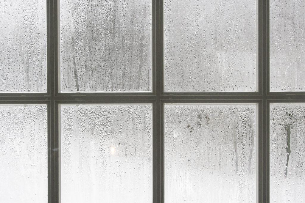 Kondens på vinduer er en indikasjon på høy luftfuktighet i rommet.