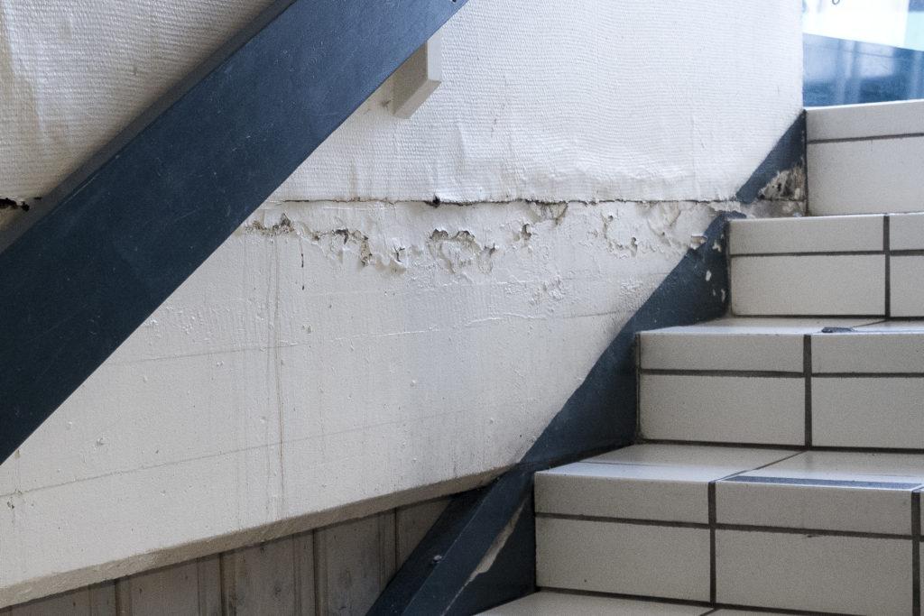 Fuktintrengning fra grunnen gir seg ofte utslag i fuktskader på innvendig side av veggen.