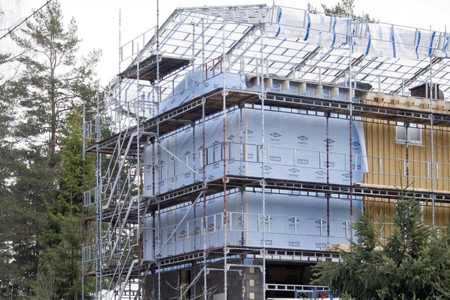 Mye byggfukt kan unngås ved å bygge under tak. Dette gir i tillegg bedre arbeidsforhold for håndverkerne.